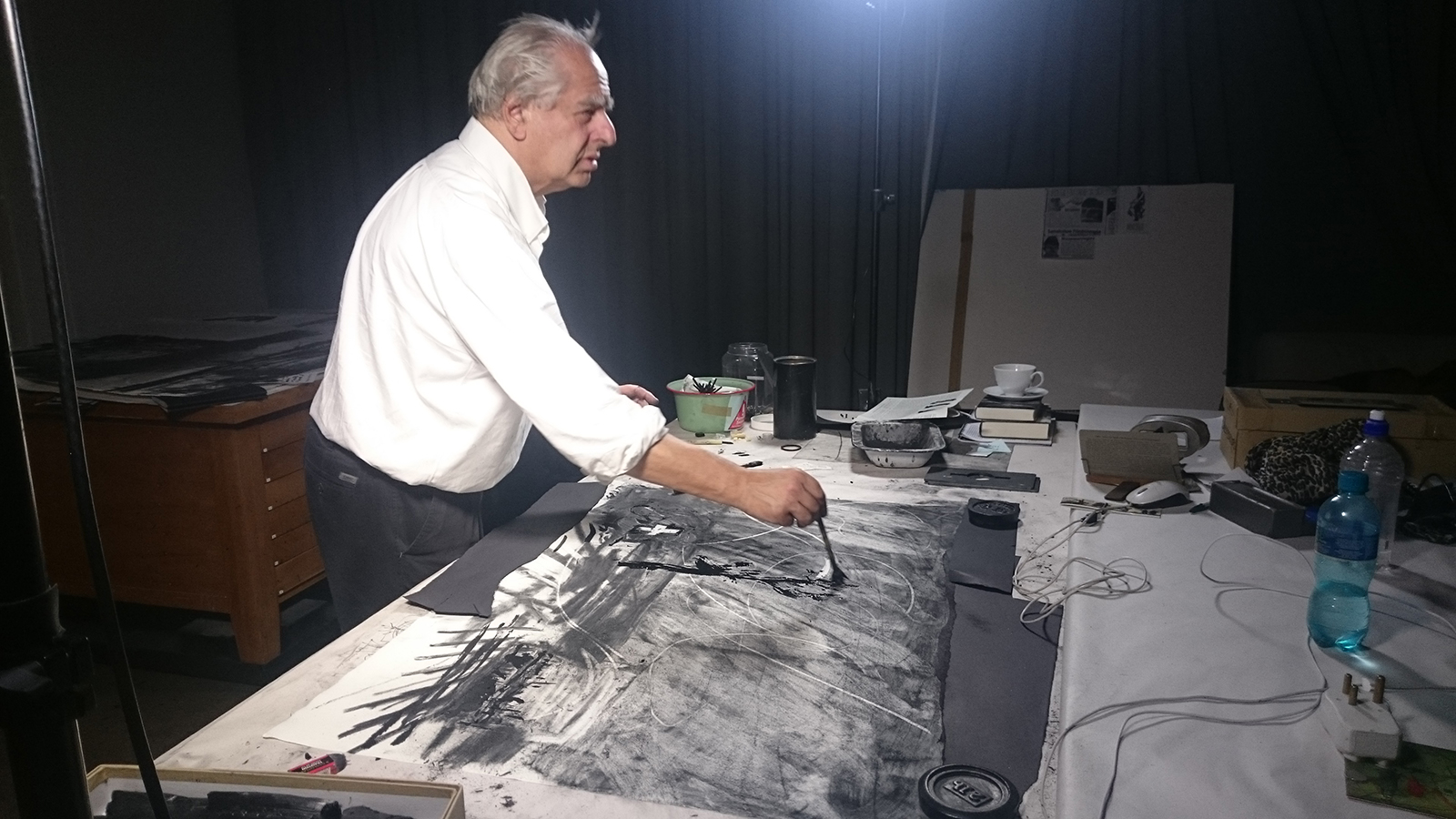 William Kentridge working at Wozzeck's charcoals | © Sabine Theunissen, courtesy of the author