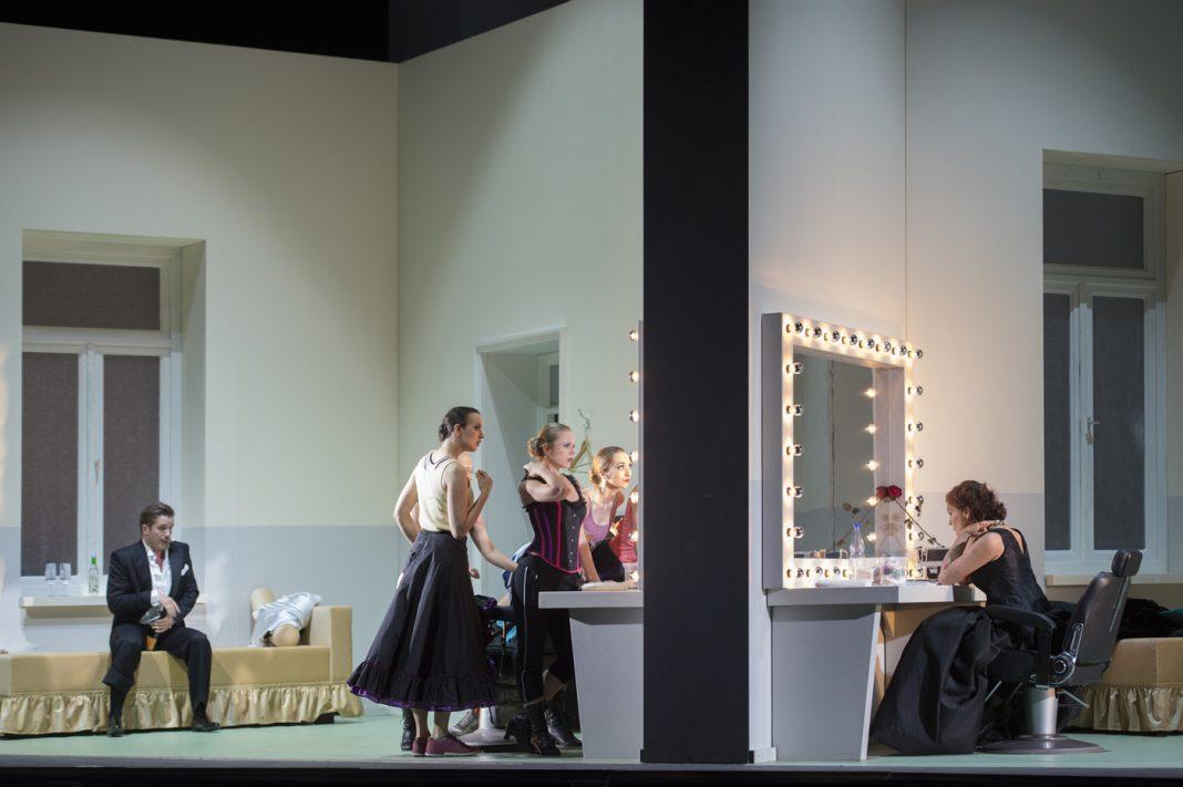 Christian Schmidt, Die lustige Witwe   Directed by C. Guth   Photo © Monika Rittershaus