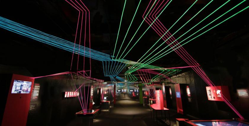 """Exhibition ship MS Wissenschaft """"The digital society"""". Network of light cords. © Gesa von Grote"""